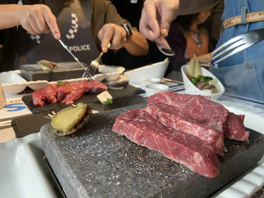 台北大安 凱恩斯岩燒餐廳 採用400度火山岩石板燒烤牛排 經典海陸雙人套餐 15