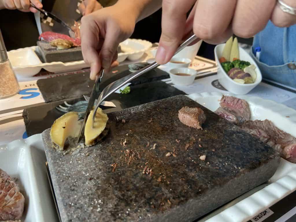 台北大安 凱恩斯岩燒餐廳 採用400度火山岩石板燒烤牛排 經典海陸雙人套餐 18