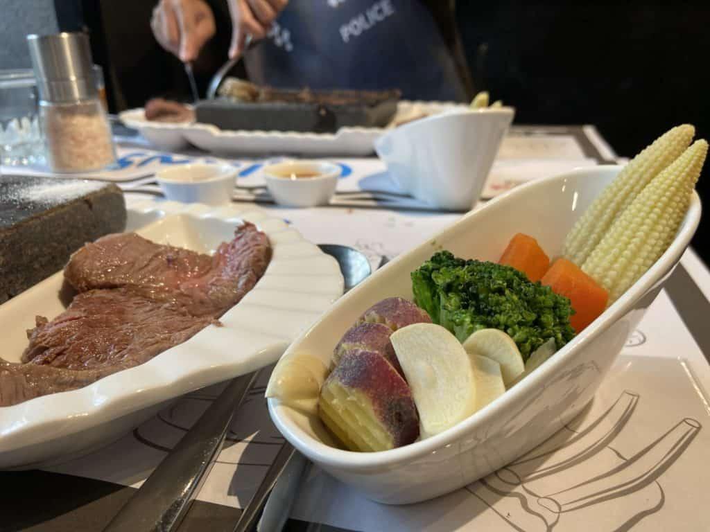 台北大安 凱恩斯岩燒餐廳 採用400度火山岩石板燒烤牛排 經典海陸雙人套餐 20